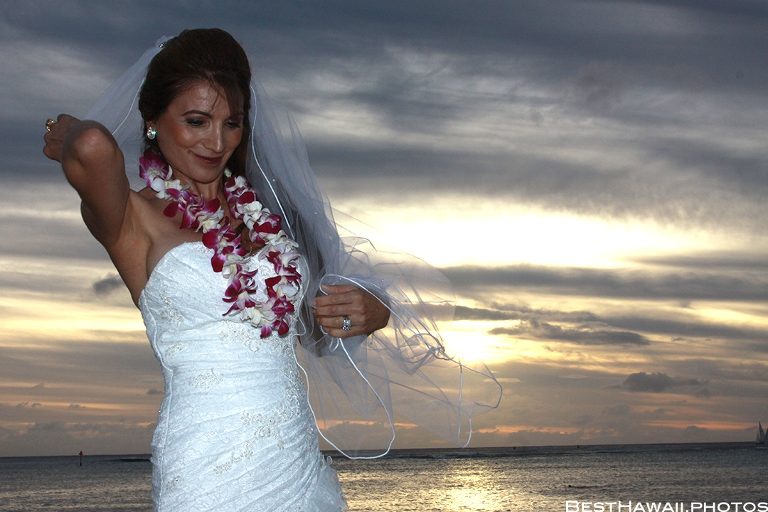 Sunset Wedding Photos in Waikiki by Pasha www.BestHawaii.photos 121820158672