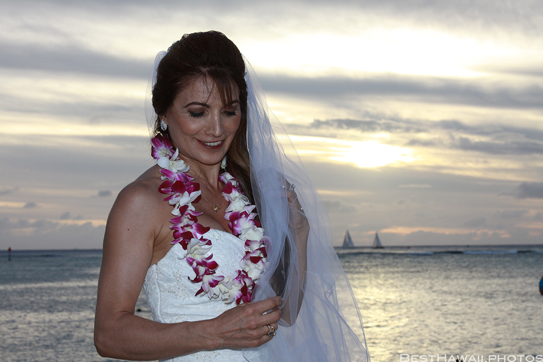 Sunset Wedding Photos in Waikiki by Pasha www.BestHawaii.photos 121820158674
