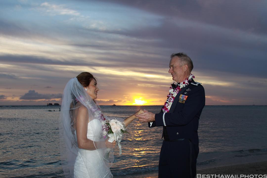 Sunset Wedding Photos in Waikiki by Pasha www.BestHawaii.photos 121820158686