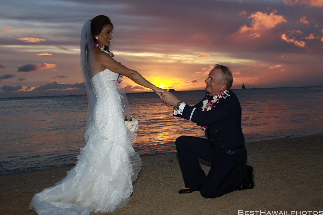 Sunset Wedding Photos in Waikiki by Pasha www.BestHawaii.photos 121820158695