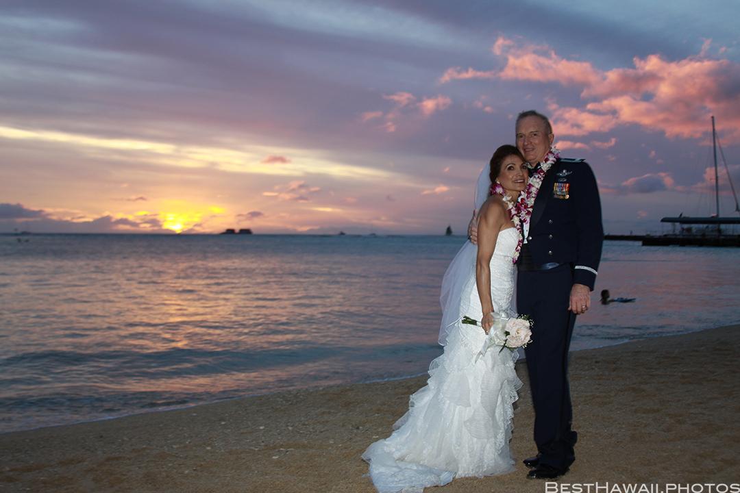 Sunset Wedding Photos in Waikiki by Pasha www.BestHawaii.photos 121820158697