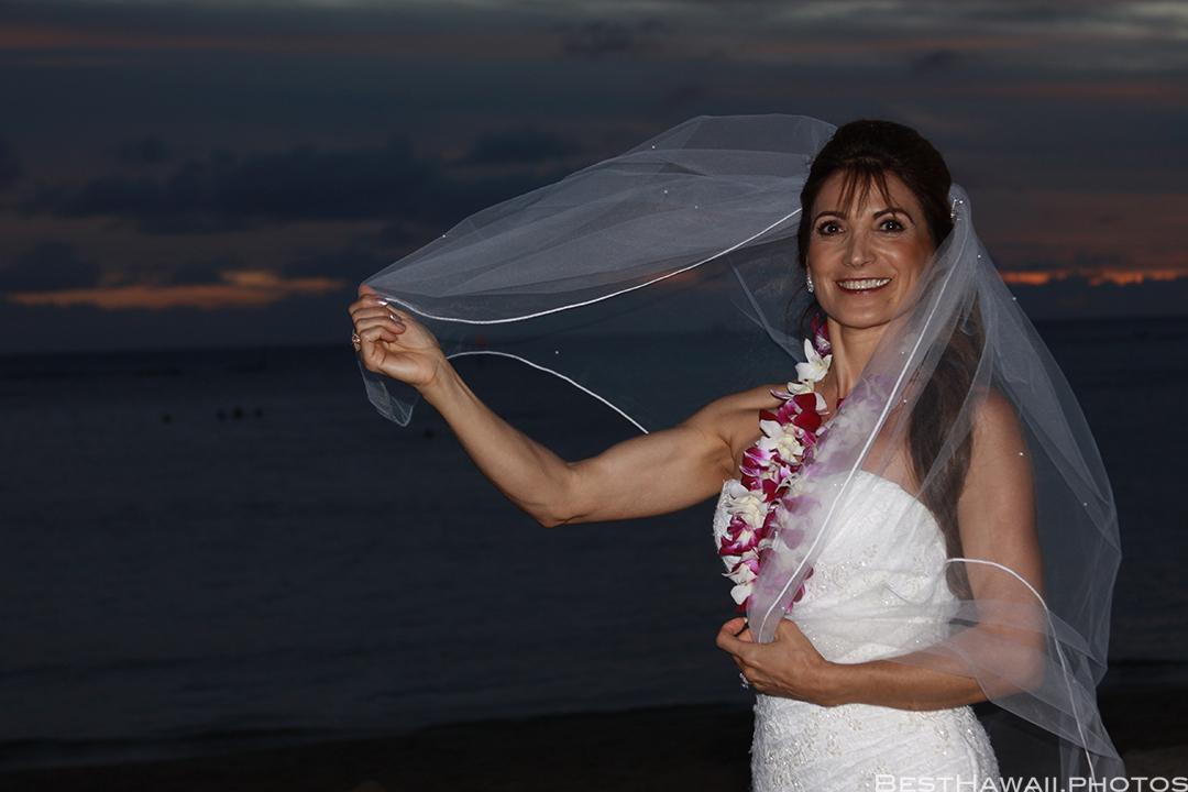 Sunset Wedding Photos in Waikiki by Pasha www.BestHawaii.photos 121820158703
