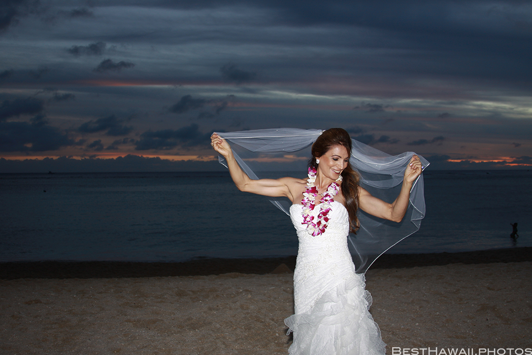 Sunset Wedding Photos in Waikiki by Pasha www.BestHawaii.photos 121820158705